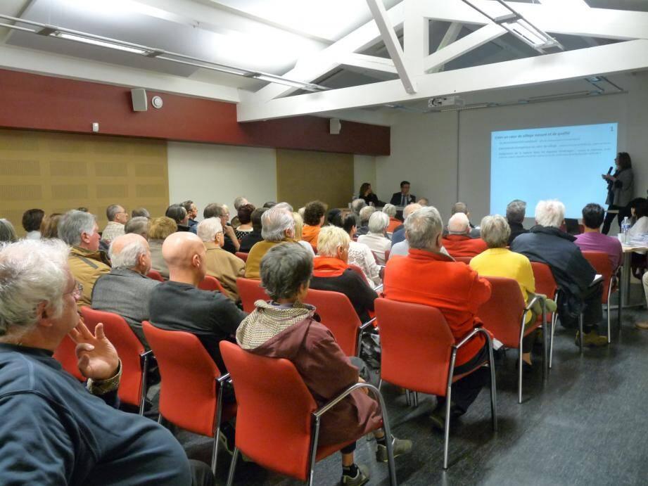Mardi soir, une soixantaine de Rourétans ont assisté à la réunion publique de présentation du projet d'aménagement et de développement durable dans la salle Frédéric Mistral, à l'étage de la Maison du Terroir.