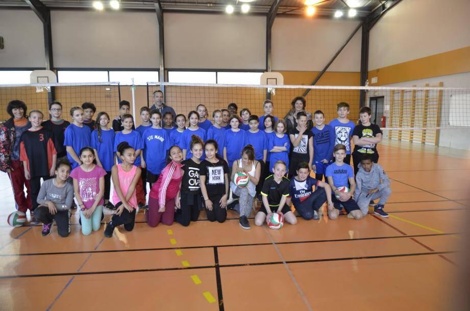 Pendant que certains élèves jouaient au volley-ball, d'autres se sont frottés au badminton.