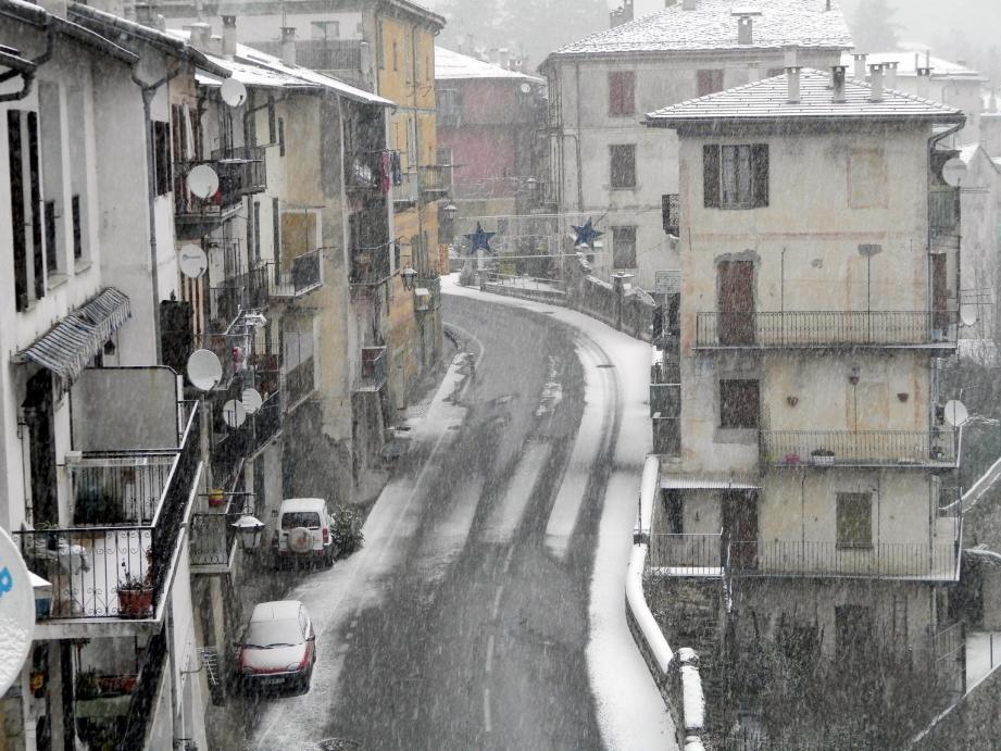 Premiers flocons de neige sur Tende hier matin…