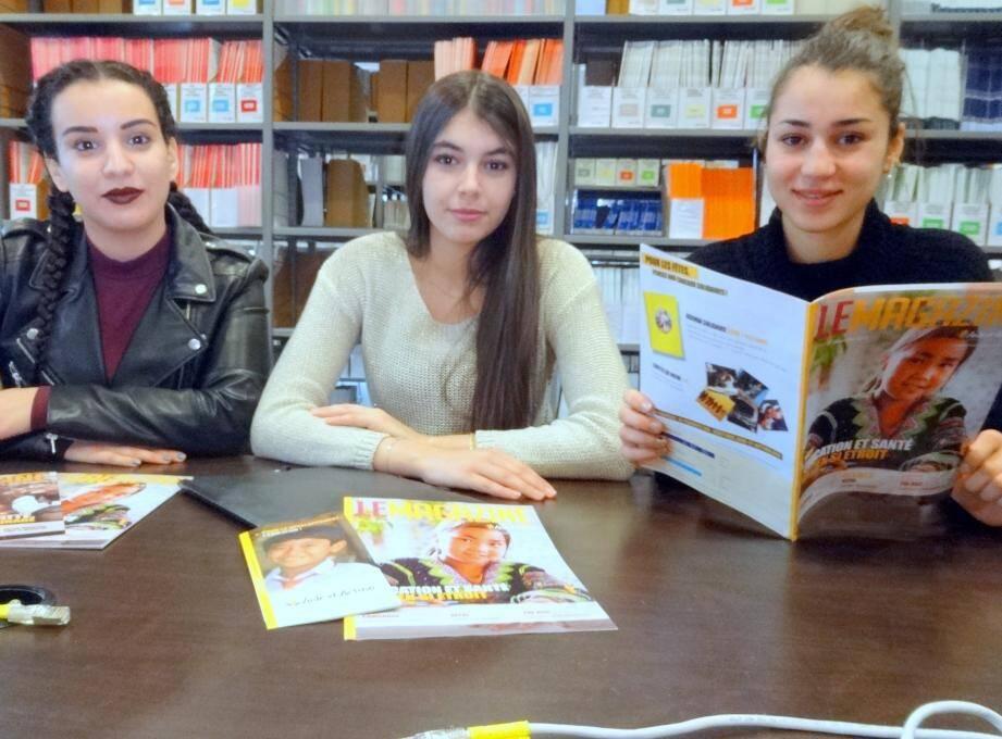 De gauche à droite Sassia Tounsi, Sena salah et Hannane Ouaslati organisatrices de la vente aux livres au poids.