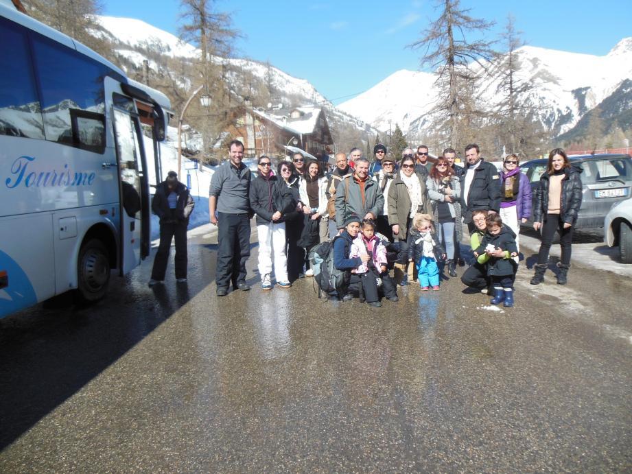 À partir de Saint-Dalmas, les voyageurs sont pris en charge par un bus puis accueillis pour un chocolat chaud à Castérino.