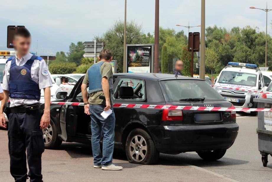 Le 23 juillet, une Audi avait été criblée de balles à proximité d'un poste de police. Deux occupants avaient été blessés, l'un d'eux grièvement. L'arme n'a pas été retrouvée.