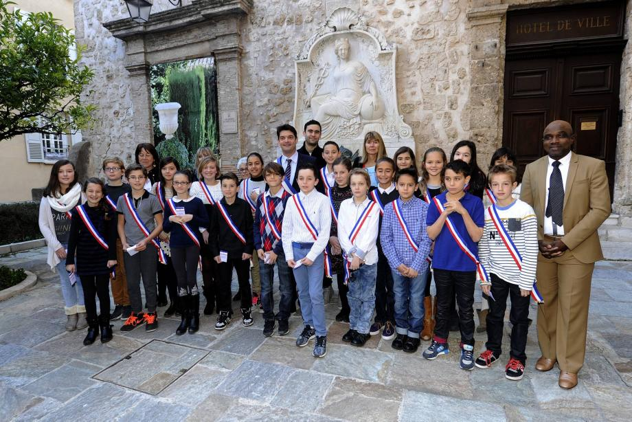 Echarpes tricolores pour les jeunes élus du conseil municipal après leur installation officielle par le maire, Jérôme Viaud, Dominique Bourret et Mahmadou Siribié, hier matin à l'hôtel de ville.