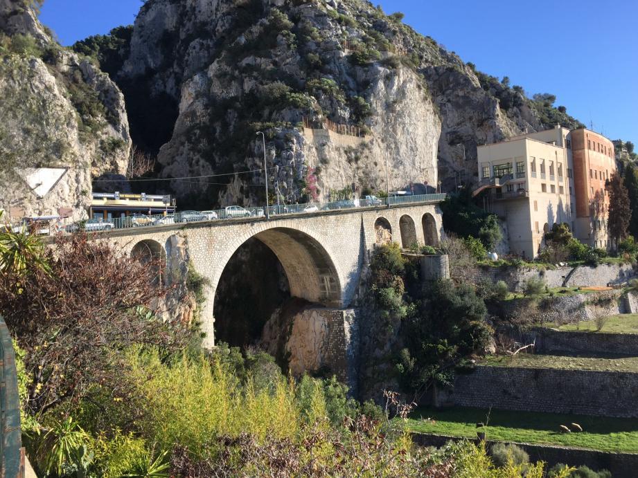 Le jeune Afghan a tenté de sauter de ce pont, situé au poste-frontière Saint-Louis, à Menton.
