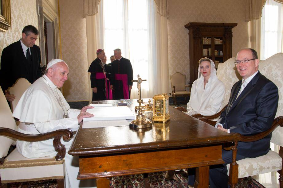 Le prince Albert II et la princesse Charlène étaient hier au Vatican où ils ont rencontré le pape François durant une vingtaine de minutes.