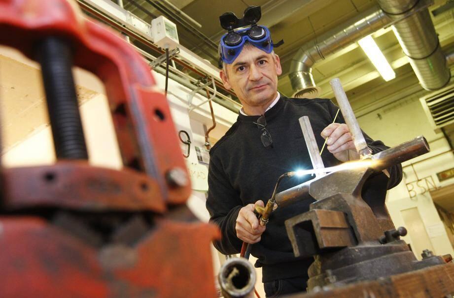 Joël, ancien ingénieur en informatique, suit aujourd'hui une formation d'installateur en climatisation, sanitaire et énergies renouvelables.