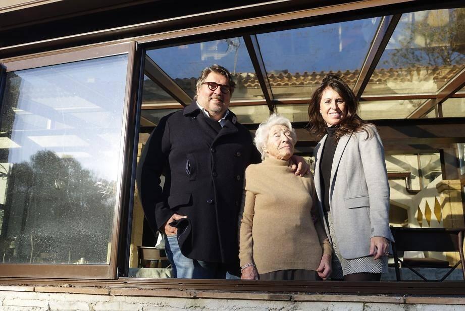Alain Llorca et son épouse Virginie Macocco entourent la maîtresse des lieux, Olga Grandi.