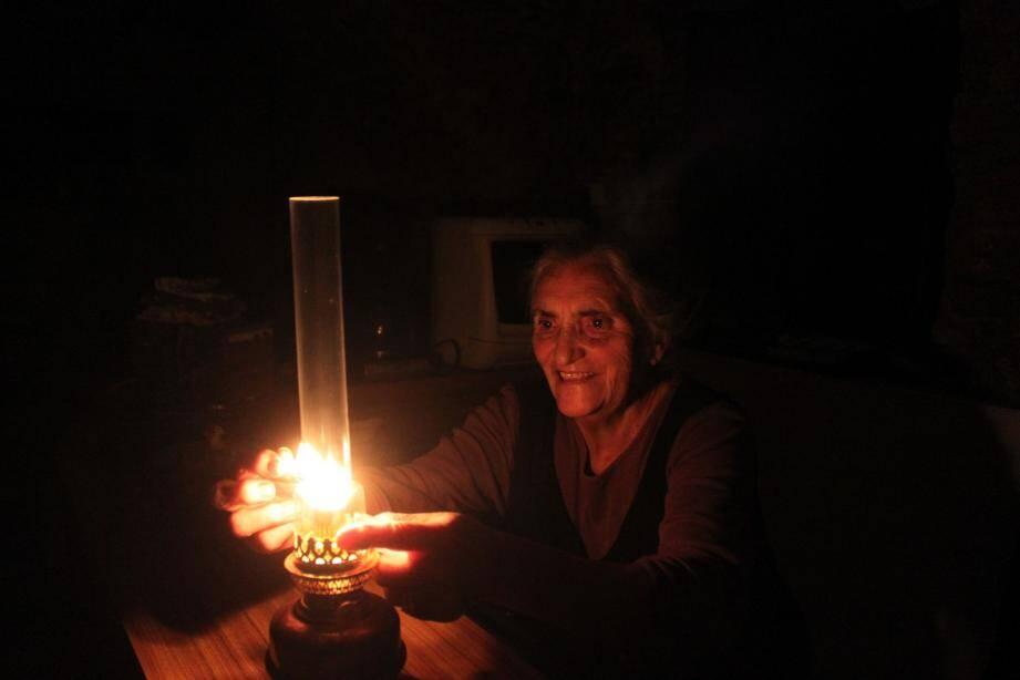 Quand il y a une panne de courant, rien de tel que l'éclairage à l'ancienne !
