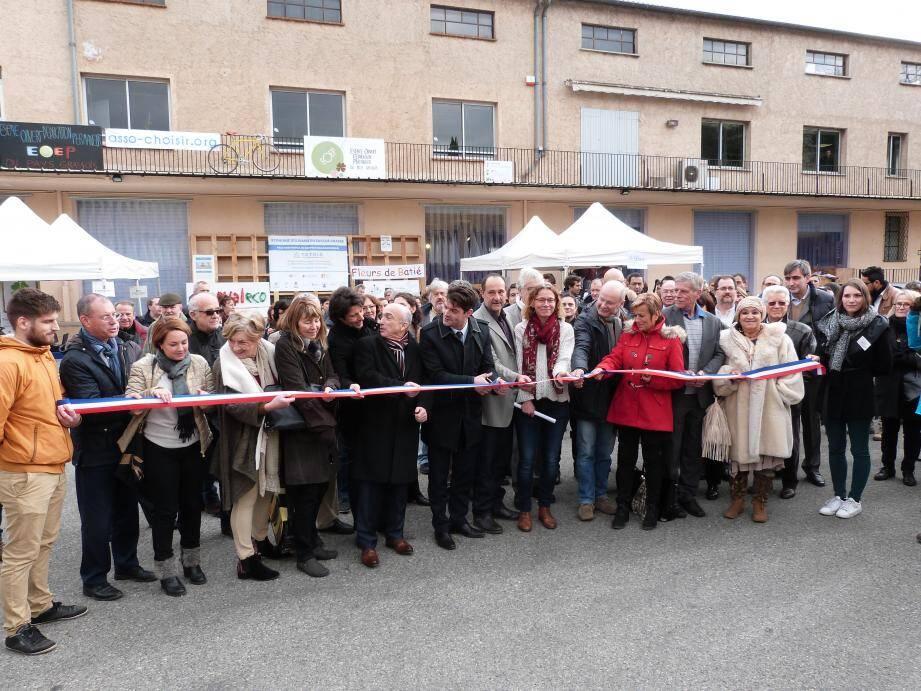 Couper de ruban géant par le président de la CAPG Jérôme Viaud, le maire de Mouans-Sartoux Pierre Aschieri et de nombreux élus locaux, hier sur l'aire de parking devant la Scic Tétris de Grasse, zone du Carré à Grasse.
