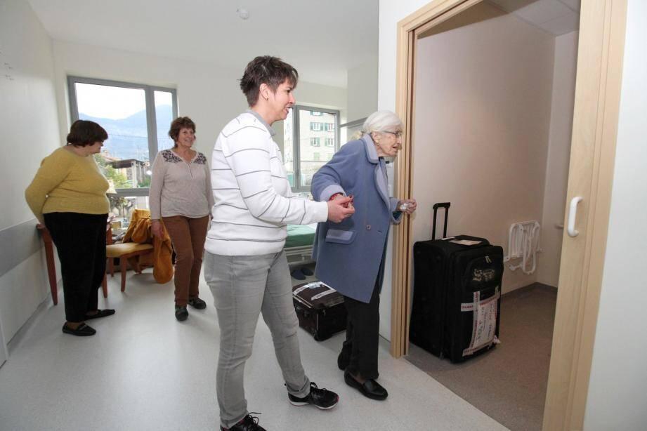 Pour Denise Reboah, c'est l'heure de découvrir avec sa famille sa nouvelle chambre.