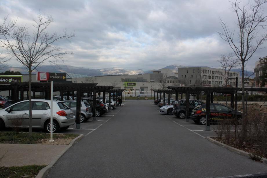 Une zone bleue va être créée dans le parking et la circulation sera limitée à 30 km/h.