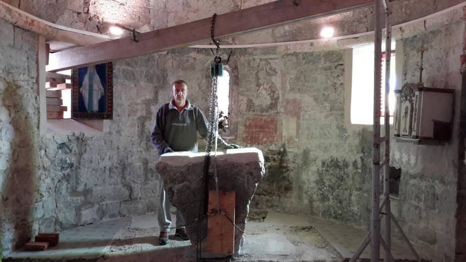 Patrice Jurain et l'autel intact dont on a dégagé le socle et qui reposera désormais sur un sol surélevé.