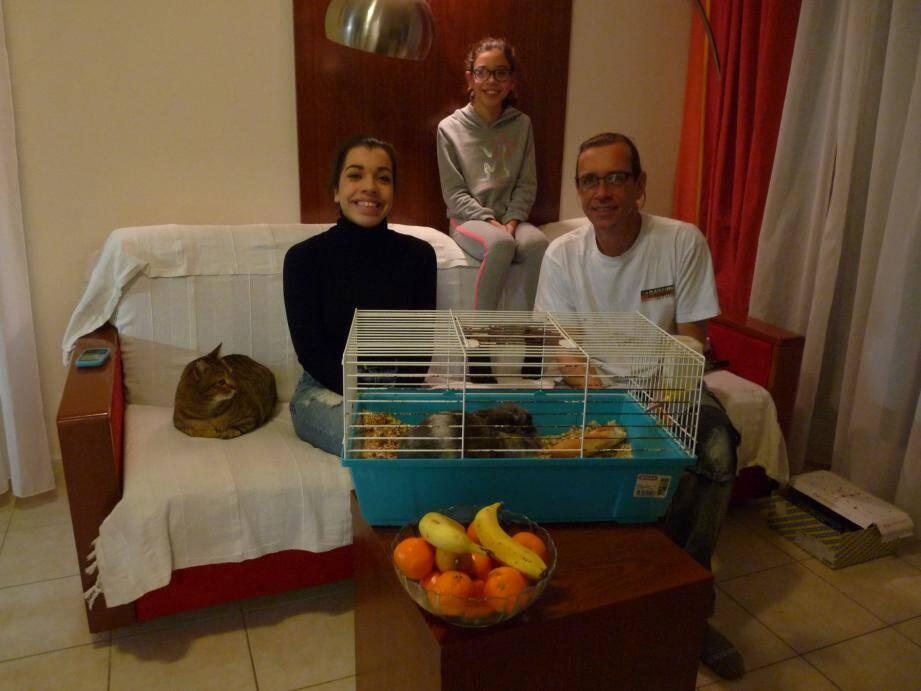 Mobilier rudimentaire pour séjour éphémère, mais la famille Halhoute a su reconstituer la chaleur d'un foyer familial dans la résidence Mimosas.