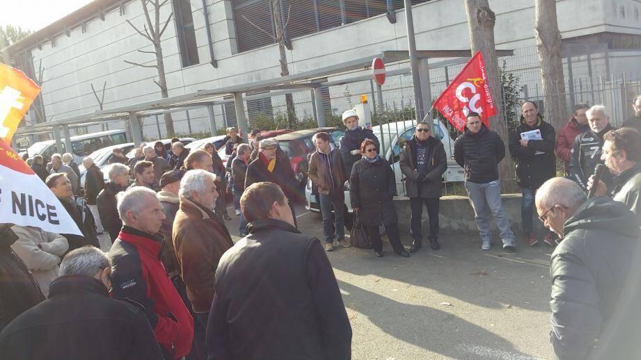 Prise de parole, mercredi matin, au poste source de Cagnes-sur-Mer, en réponse à l'appel national à la grève.
