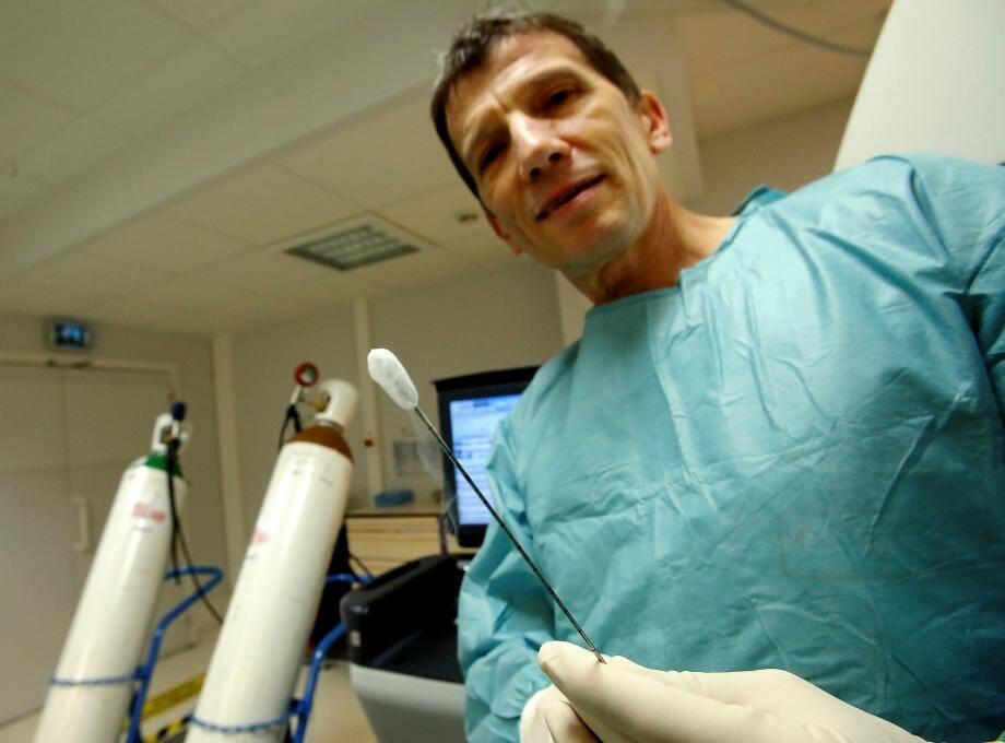 Le Dr Philippe Brunner traite certains cancers avec des cryo-sondes.