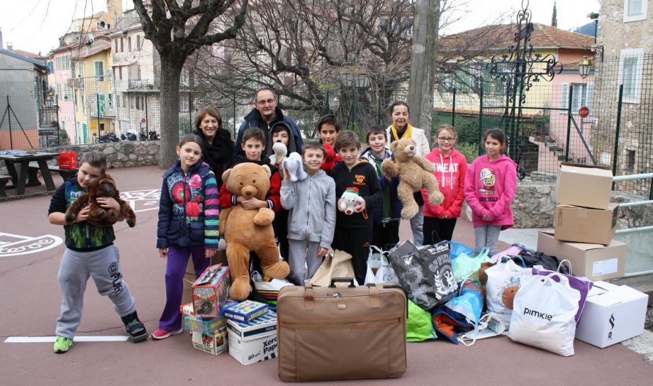 Les enfants ont récolté de nombreux vêtements, couvertures et même des peluches.