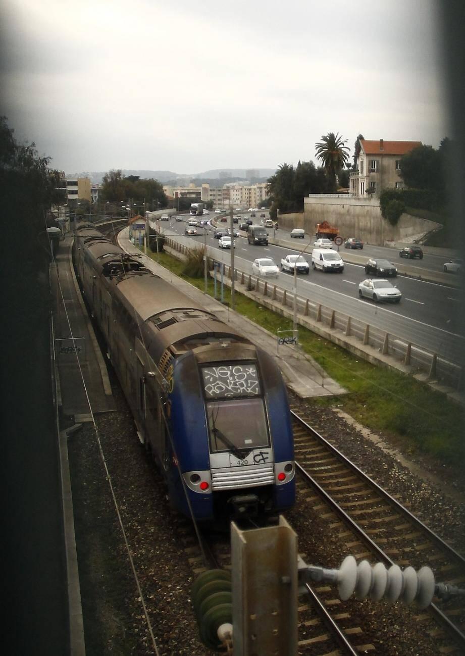 À Cagnes, pour les villas à quelques mètres, trains, voitures et camions sont le lot quotidien.