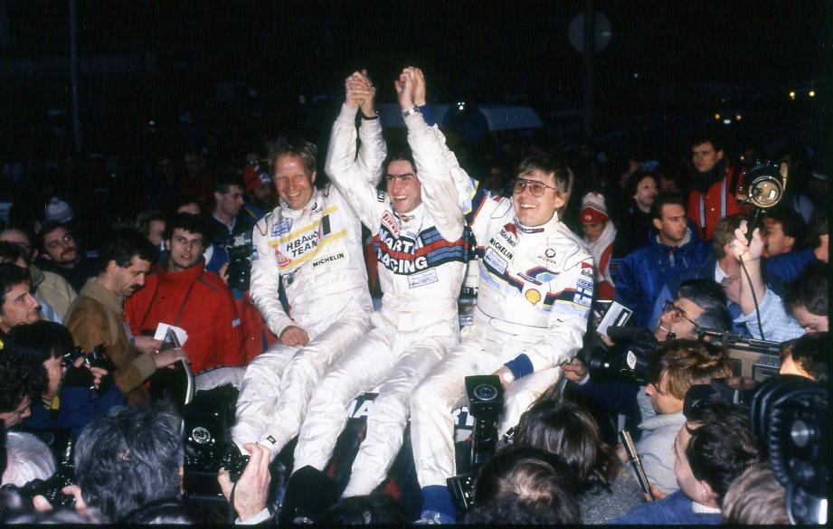 Vendredi 24 janvier 1986 : vainqueur haut la main devant Timo Salonen (à droite) et Hannu Mikkola (à gauche), Henri Toivonen rejoint son père, Pauli, lauréat vingt ans plus tôt, sur les tablettes du Rallye Monte-Carlo.