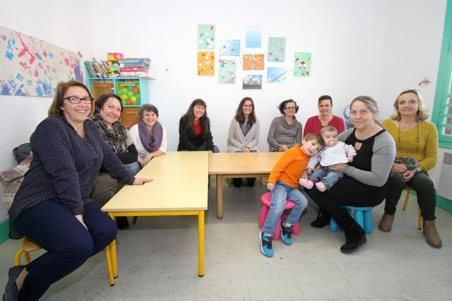 Toute l'année, tous les jours, les nounous de Sospel assurent une garde éducative des bambins qu'elles accueillent. De gauche à droite : Annie, Véronique, Karine, Véronique Carrayrou, Laure, Christine, Christine, Florence et Nicole (et Amandine).