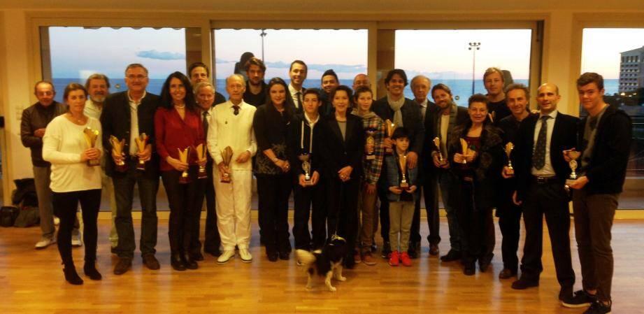 Les finalistes du tournoi entourent la présidente, Elizabeth-Ann de Massy, et sa fille Mélanie-Antoinette.
