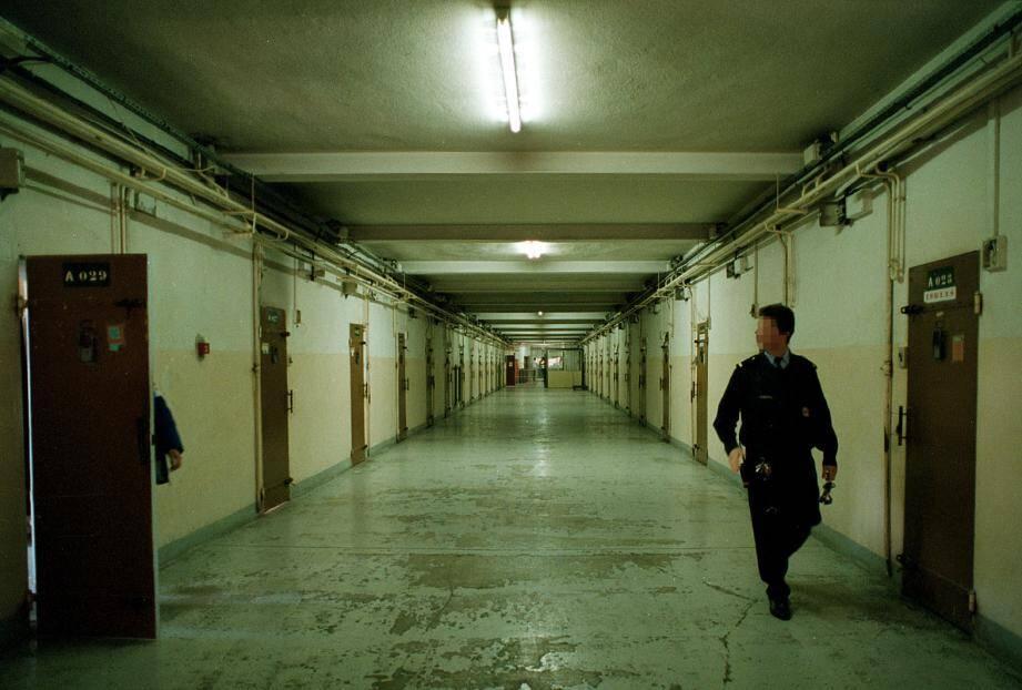 Le surveillant du parloir fermait les yeux et touchait de l'argent en échange. Il était un maillon essentiel du trafic qui s'opérait à la prison de Nice.