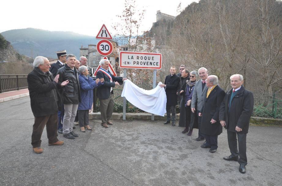 Le maire, Joseph Valette et le sous-préfet, Philippe Castanet ont fait durer le suspense en dévoilant lentement le panneau portant le nouveau nom du village qui a déclenché les applaudissements des participants à la cérémonie.
