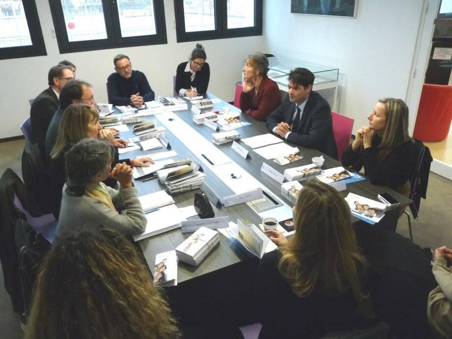 Les représentants des établissements proposant des enseignements post-bac sont à la recherche d'idées pour attirer les étudiants dans la capitale des parfums.