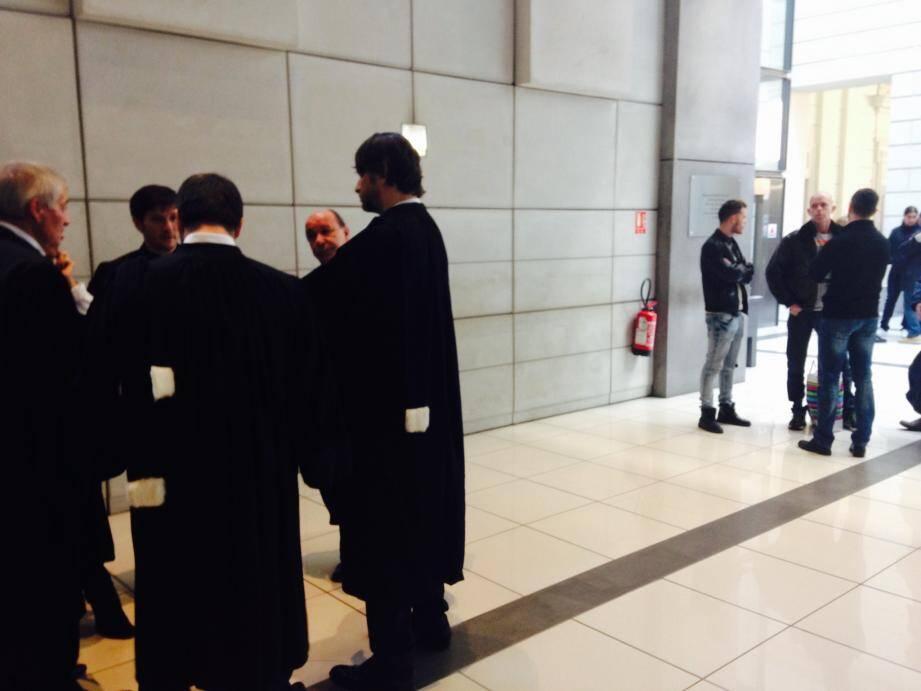 Hier matin, conciliabules entre avocats de la défense, surpris par la sévérité du réquisitoire du procureur Hevé Leroy.