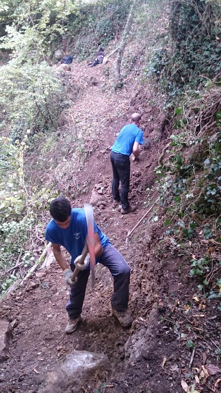 Comme ici lors de la restauration du sentier de Calle Castagne en novembre dernier, Kévin et Manu ne lésinent pas à la tâche, tout comme d'autres du club : Brice, Ash, Ernesto...(D.R.)