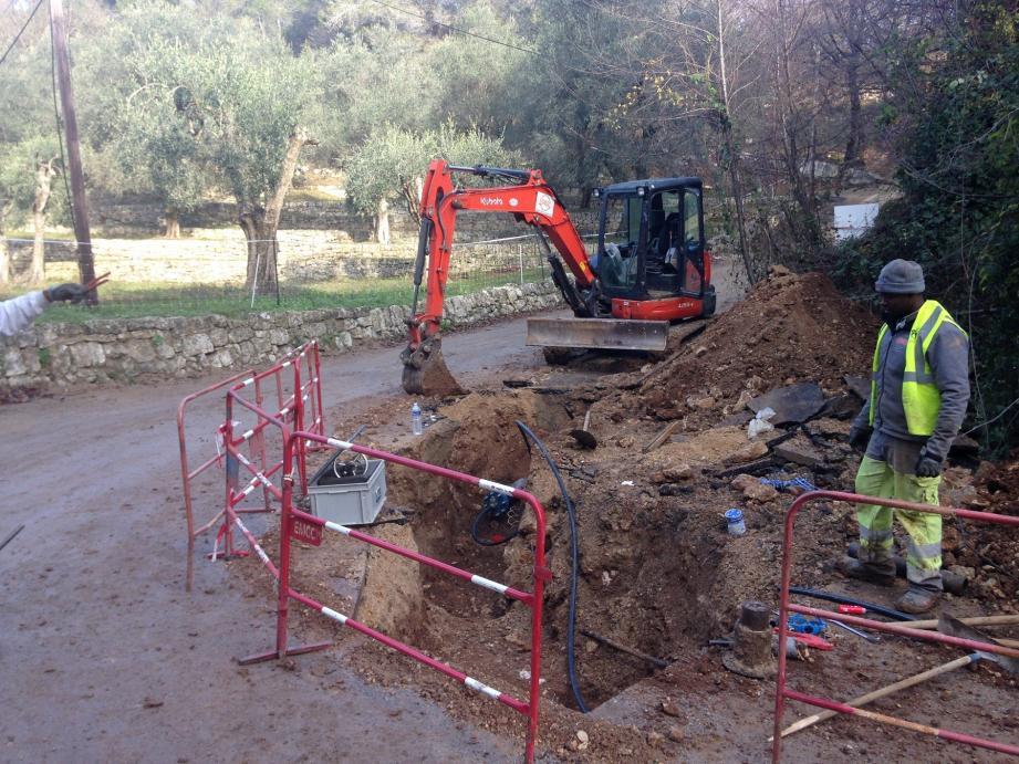 Travaux d'extension du réseau d'eau potable commencés en 2015 sur les chemins de la Gorgue des Trucs et du Haut Castellaras. (JM)