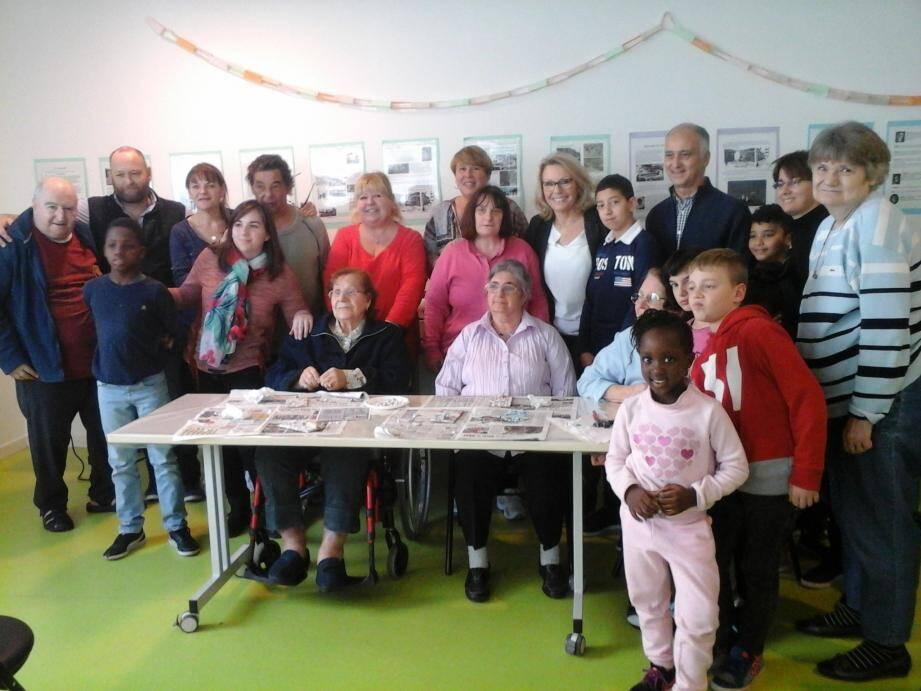 Enfants et Seniors réunis autour de l'atelier mosaïque pour leur plus grand plaisir.