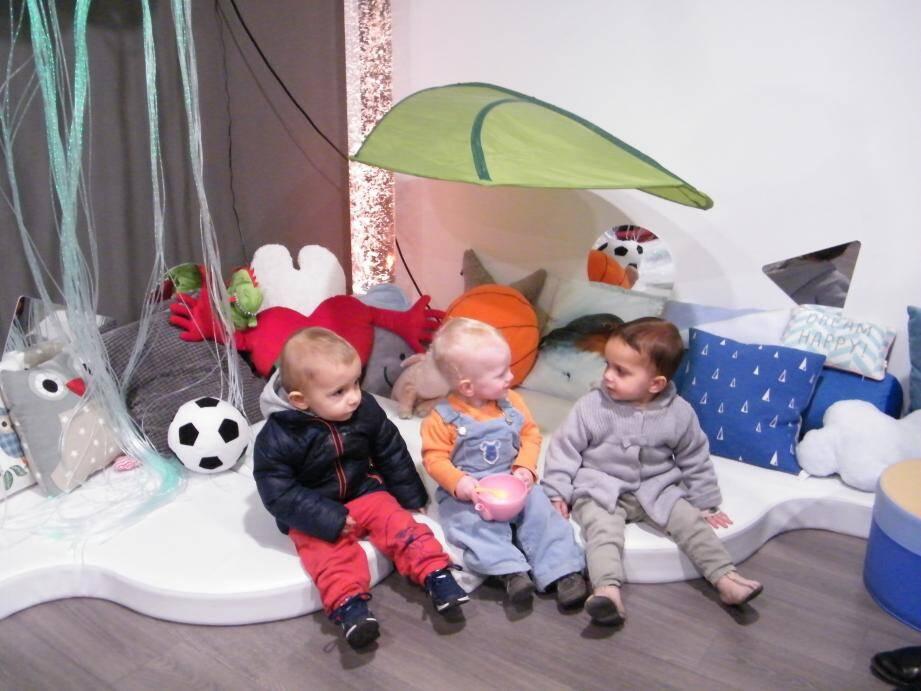 Audric, Finn et Donna ont déjà adopté l'espace Snoezelen, équipement novateur pour le développement de l'enfant