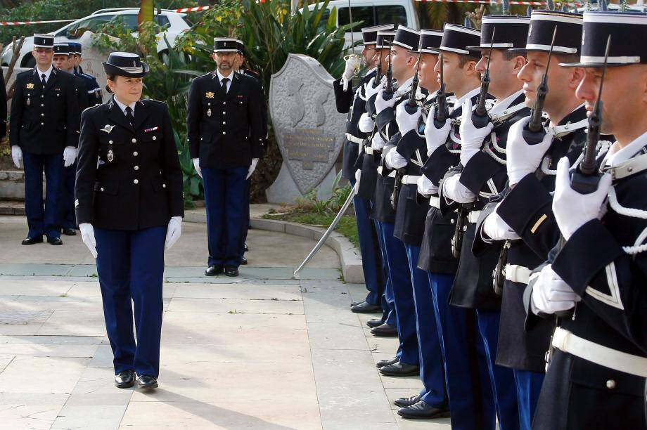 Le capitaine Maumy, commandant la compagnie de gendarmerie de Menton, passe les troupes en revue, hier, lors de la célébration de la Sainte-Geneviève.