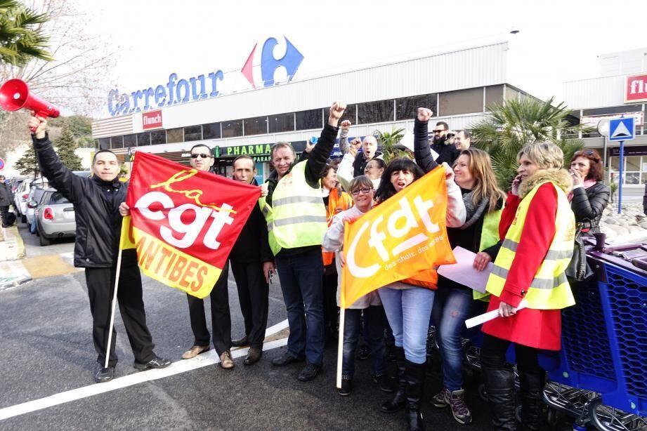 Les grévistes ont organisé des barrages filtrants à l'entrée du parking de Carrefour Antibes.