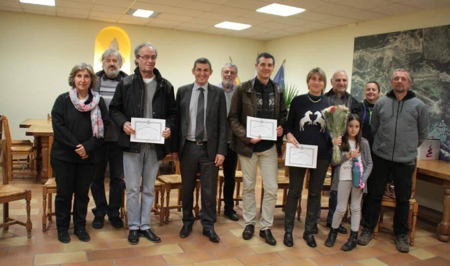 Les médaillés entourés aux côtés du maire Jean-Marc Délia et des membres du conseil.