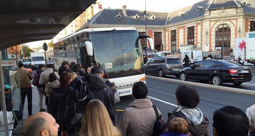Des naufragés de la SNCF attendant une place dans un bus de substitution à la gare de Nice ce mardi matin.