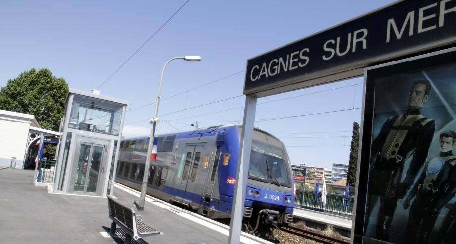 Un train en gare de Cagnes image d'illustration)