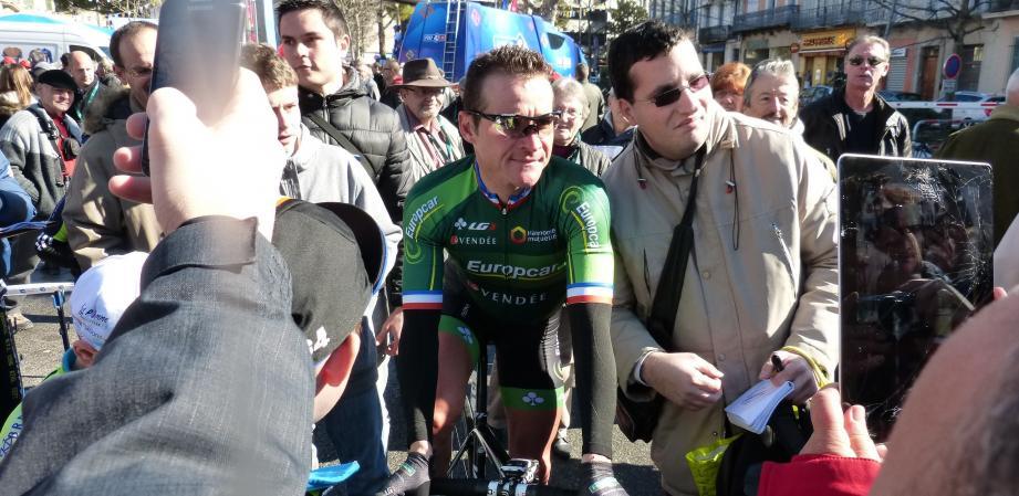 Thomas Voeckler entouré de ses fans lors du tour du Haut Var-matin