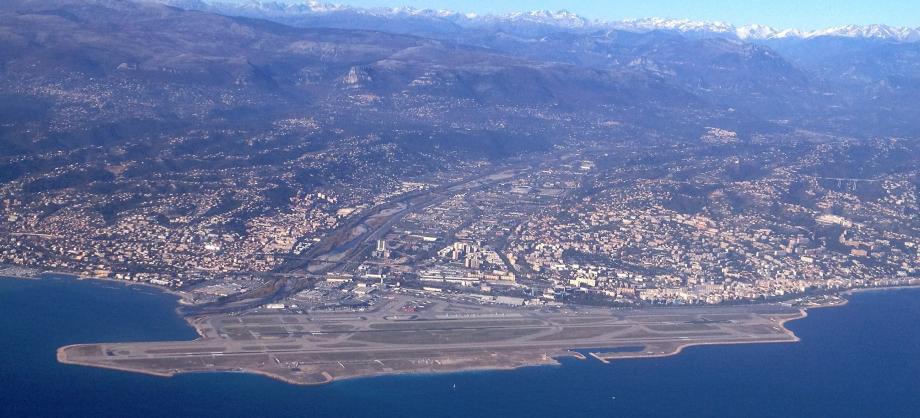 Le matin, on y attend un ciel plutôt dégagé, qui devrait laisser une place généreuse aux rayons du soleil (ici, l'aéroport de Nice). Mais ça ne devrait pas durer...
