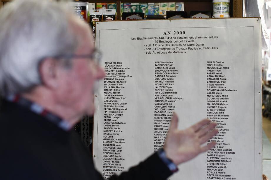 En 2000, Michel Agosto avait fièrement affiché dans sa vitrine le nom des 179 employés qui ont travaillé dans les établissements qui portent son nom de famille depuis leur création en 1900, soit à l'usine des Bassins de Notre-Dame, soit à l'entreprise de travaux publics et particuliers de l'avenue Leclerc, soit au négoce de matériaux du même lieu. Il affirme qu'il sera « éternellement reconnaissant » envers ses collaborateurs qui ont fait perdurer le plus vieux commerce laurentin.
