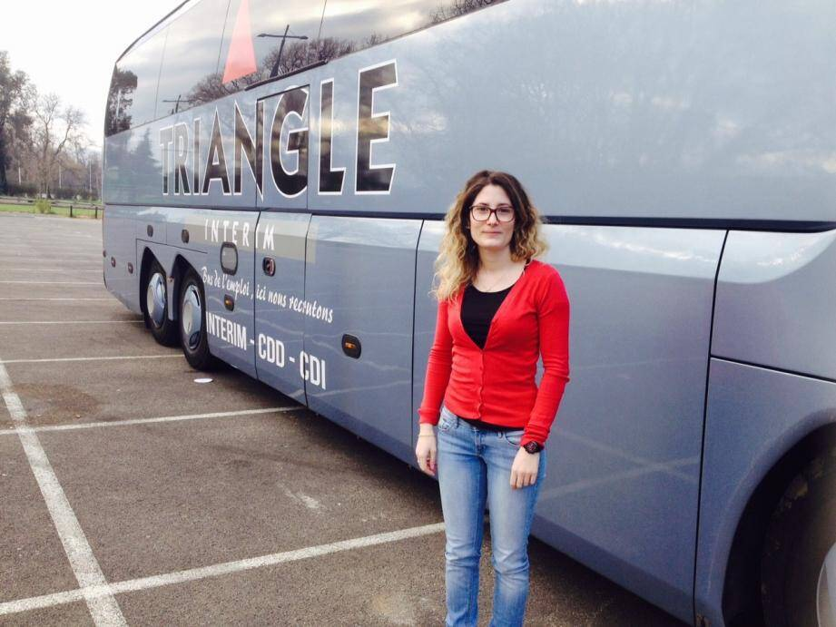 Charlène accueille les demandeurs d'emplois à bord du bus.