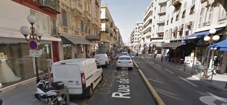 Rue Hôtel des Postes, la voie de bus est sécurisée et toute entrave à la circulation bloque les automobilistes.