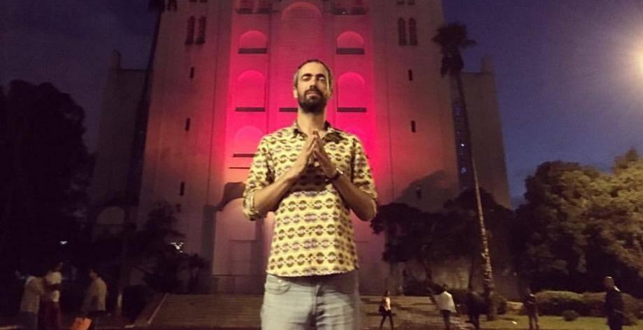 Voici une photo extraite de la page Facebook du DJ : Para One est ici devant la cathédrale du sacré-Cœur de Casablanca avant d'y donner un set.