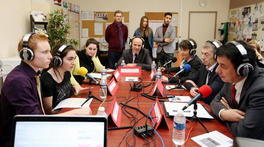 Comme des pros, Guillaume, Chloé et Fanette ont rondement mené l'interview de leur proviseur (au centre, au fond), de Josette Pons, de l'inspecteur d'académie Olivier Millangue et du recteur Emmanuel Ethis sur «Nameless radio», la nouvelle web-radio de l'établissement.