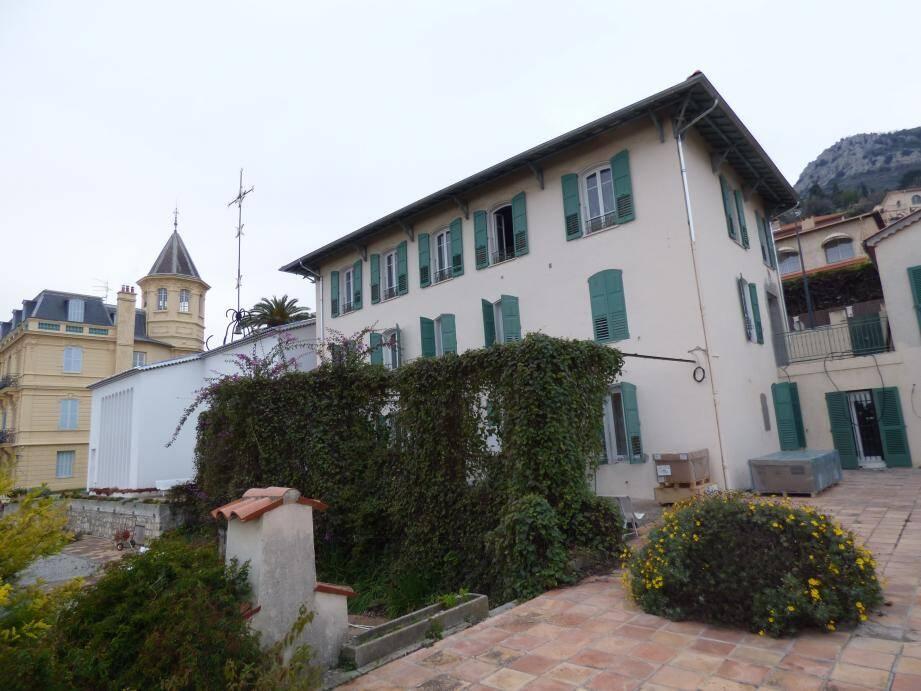 De gauche à droite, la villa Lacordaire, la chapelle du Rosaire et la villa St Joseph.Pendant les travaux la chapelle reste ouverte au public, privée toutefois de son ancienne galerie d'exposition.