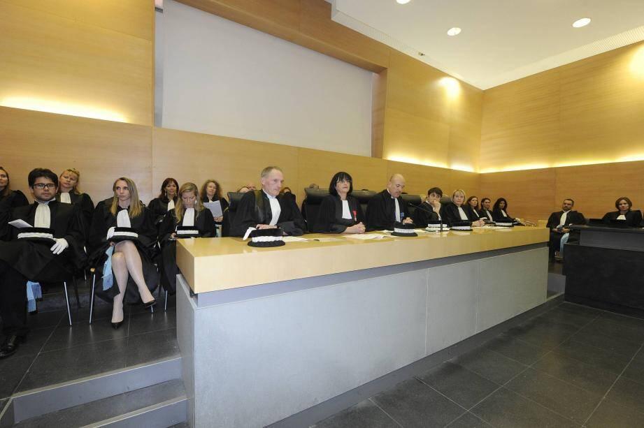 Derrière le président et les vice-présidents, l'ensemble des juges du tribunal de grande instance de Grasse lors de l'audience solennelle, hier après-midi, au palais de justice.