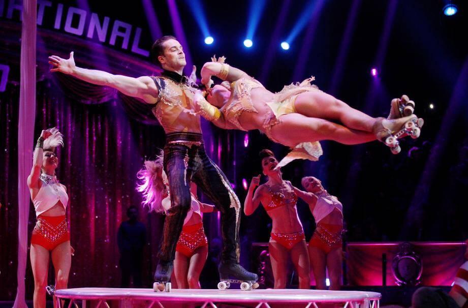 Le Duo Pilar allie acrobatie et vitesse avec des numéros sur patins à roulettes...