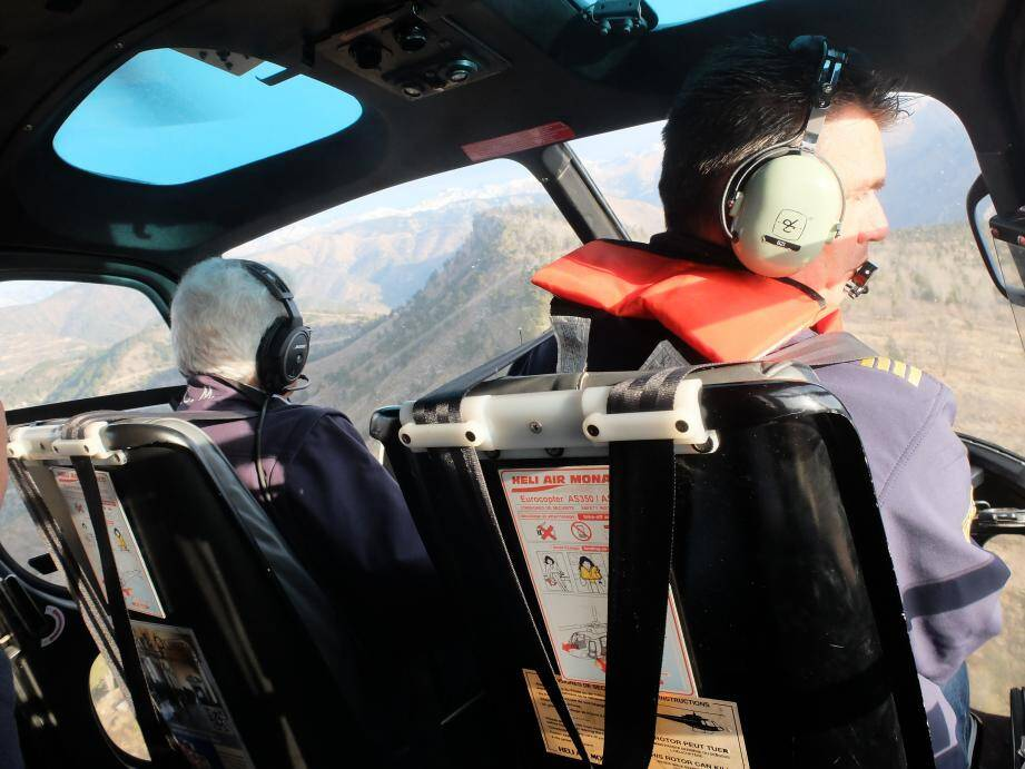 Dans l'hélicoptère qui embarque Jacky Adonte, directeur adjoint de la sécurité du rallye Monte-Carlo (à gauche dans le cockpit).