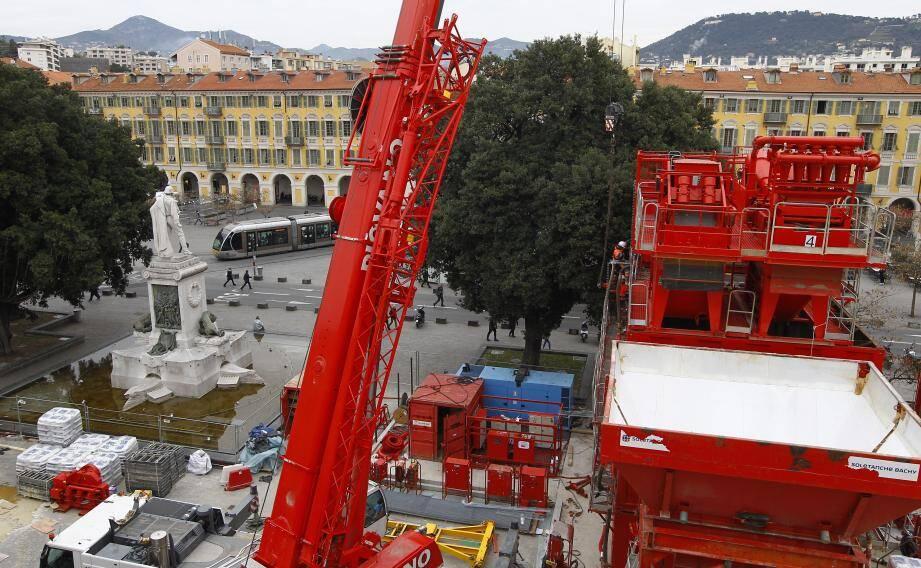 L'activité redouble, et s'est déplacée sur de nouveaux sites, comme ici sur la place Garibaldi, pour le chantier de la station souterraine du même nom, qui se situe rue Ségurane.