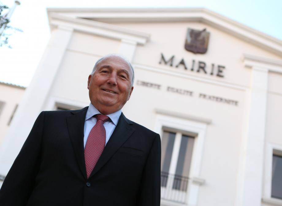 Georges Ginesta devant la mairie de Saint-Raphaël.